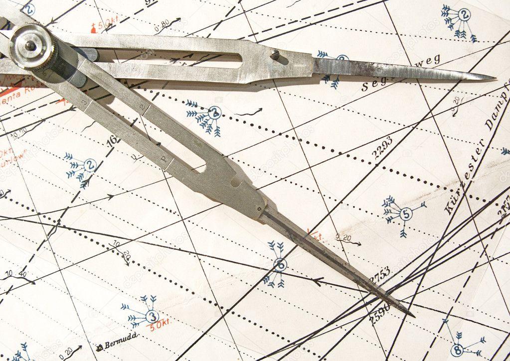 vieux compas sur une carte de navigation photographie tempusfugit1980 22975072. Black Bedroom Furniture Sets. Home Design Ideas