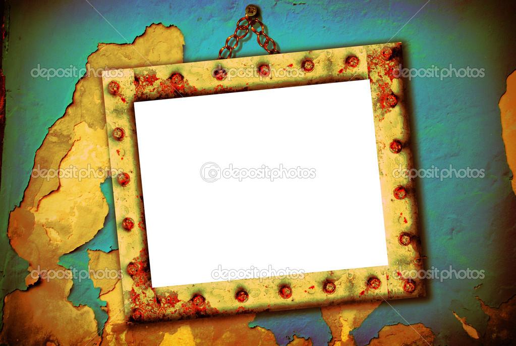 marco vacío colgado en una pared rota — Fotos de Stock © Risia #13345824