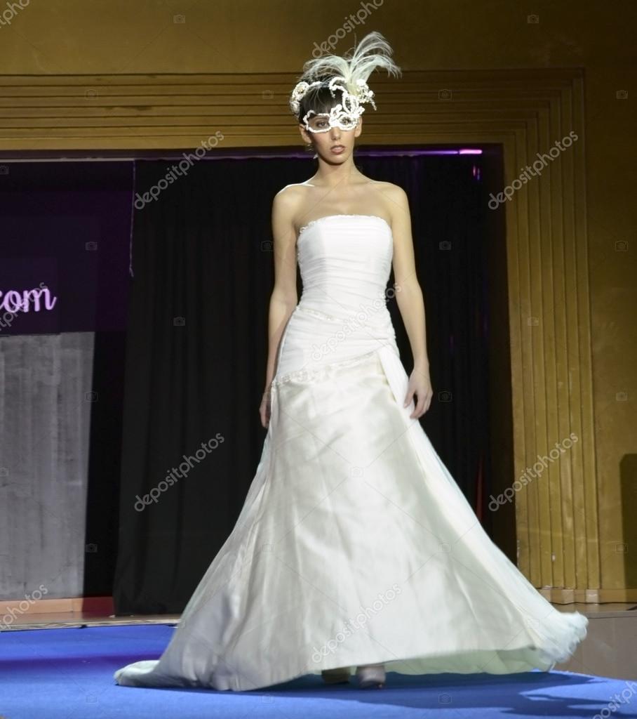 Novia De Con Nupcial Granada Feria Modelo Primera Vestido Camina Máscara La Y Pasarela wp6xtq