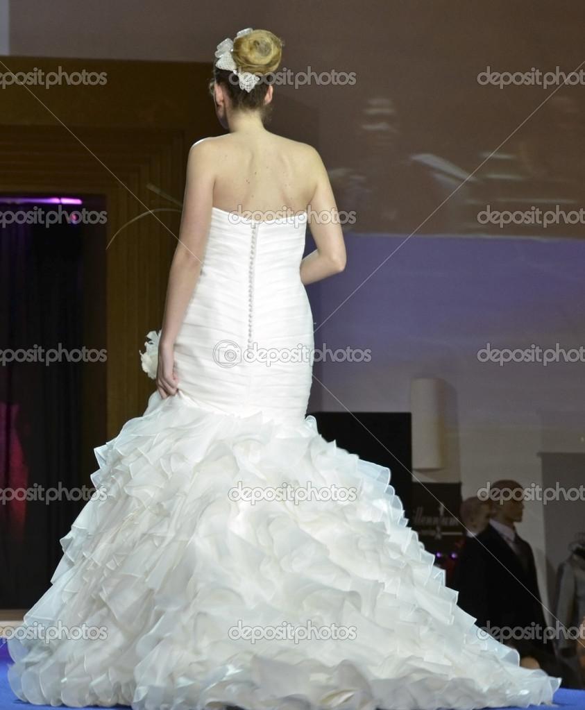 d4b2b691e2c2c ウェディング ドレスとモデル最初のブライダル フェア グラナダでキャットウォークを歩く– ストック編集用写真