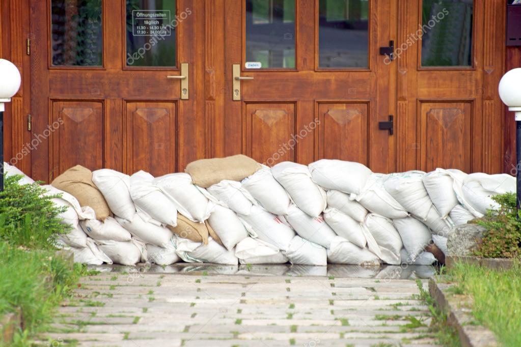 Flood protection with sandbags