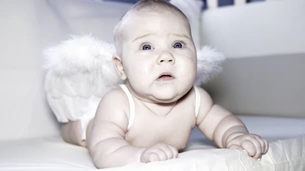 andělíček v dětské posteli