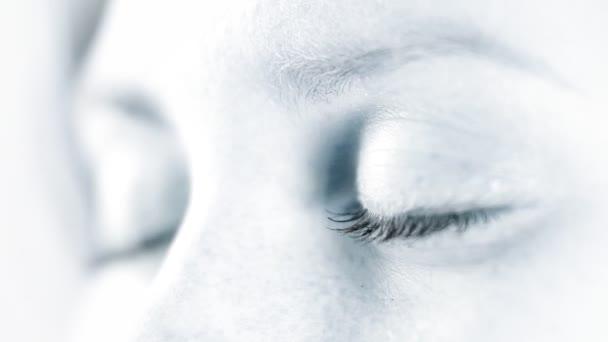 Makro zobrazení: oči otevřené žena s změnit zaměření