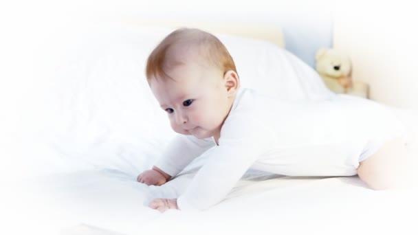 štěstí dítě funning na postel