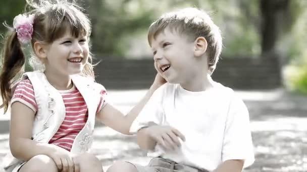 dvě děti mluvící
