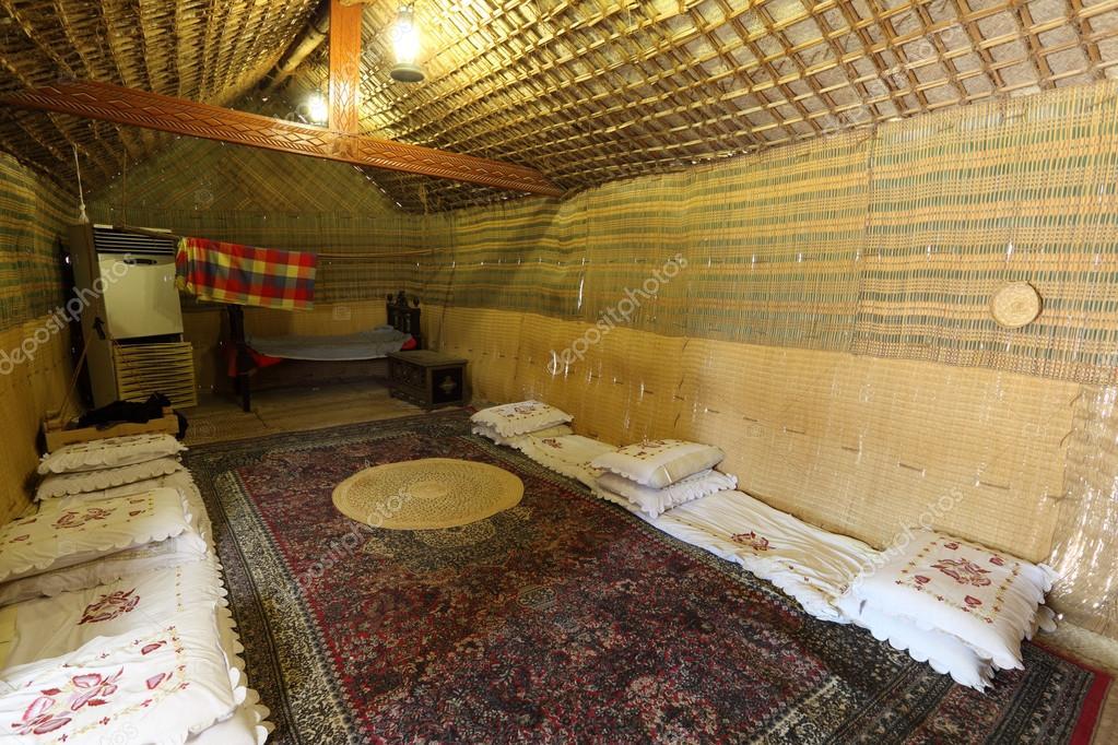 l 39 int rieur d 39 une tente b douine traditionnelle abu dhabi mirats arabes unis photo. Black Bedroom Furniture Sets. Home Design Ideas