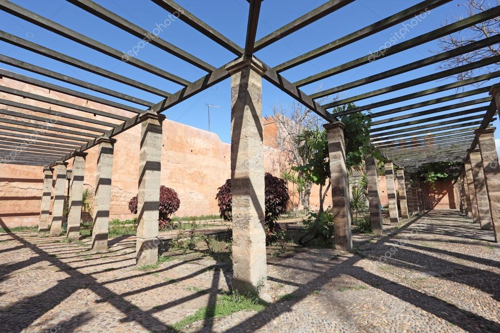 Pergola binnenkant van de udayas kasbah in rabat marokko