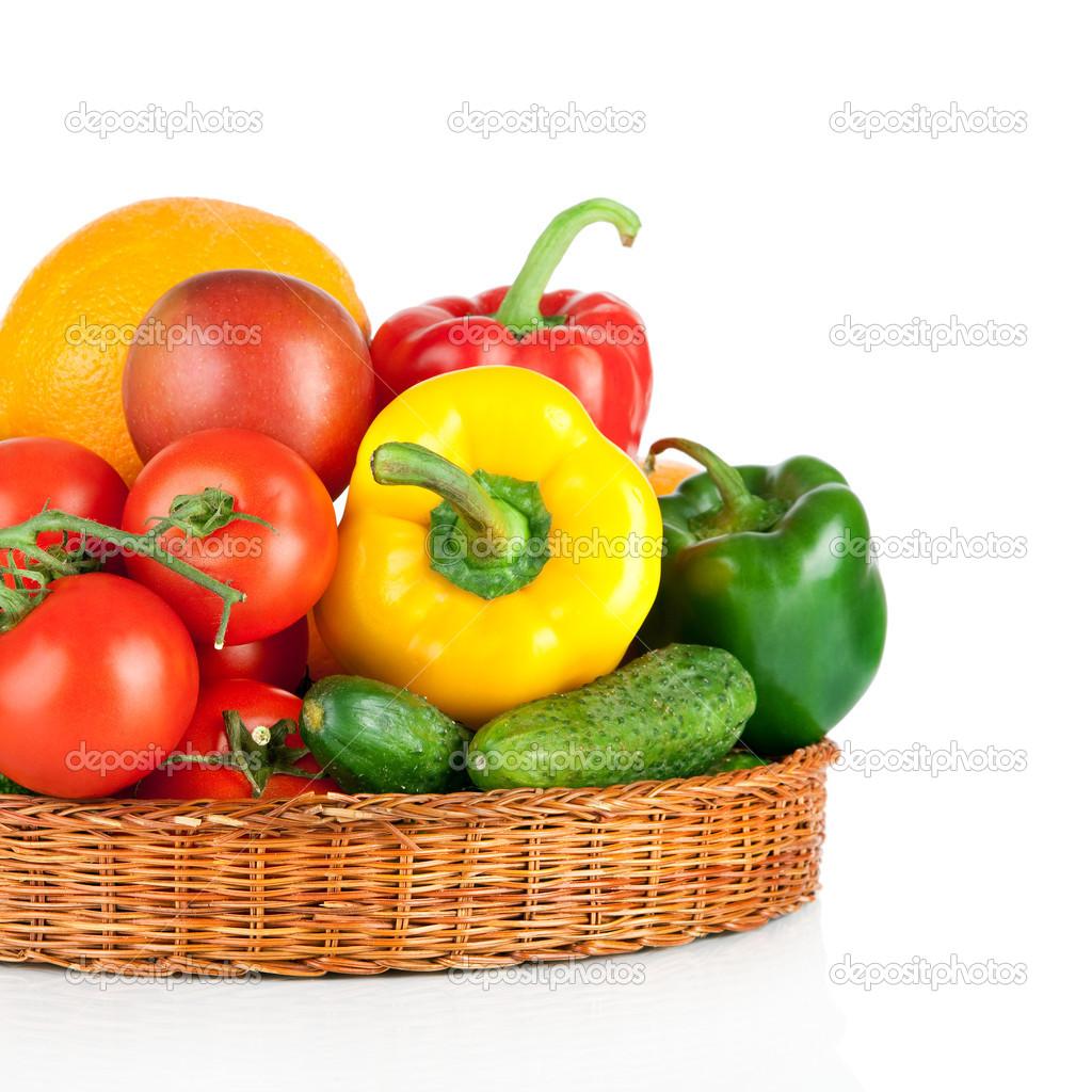 фрукты и овощи в корзине изолированы на белом фоне ...