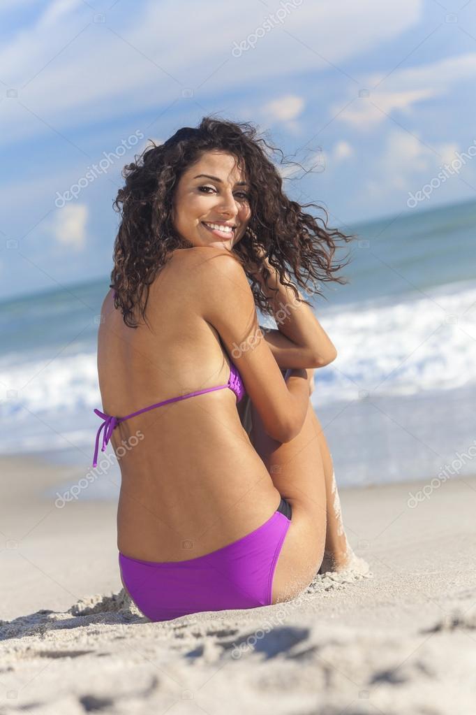 Девушка в тангах на пляже фото