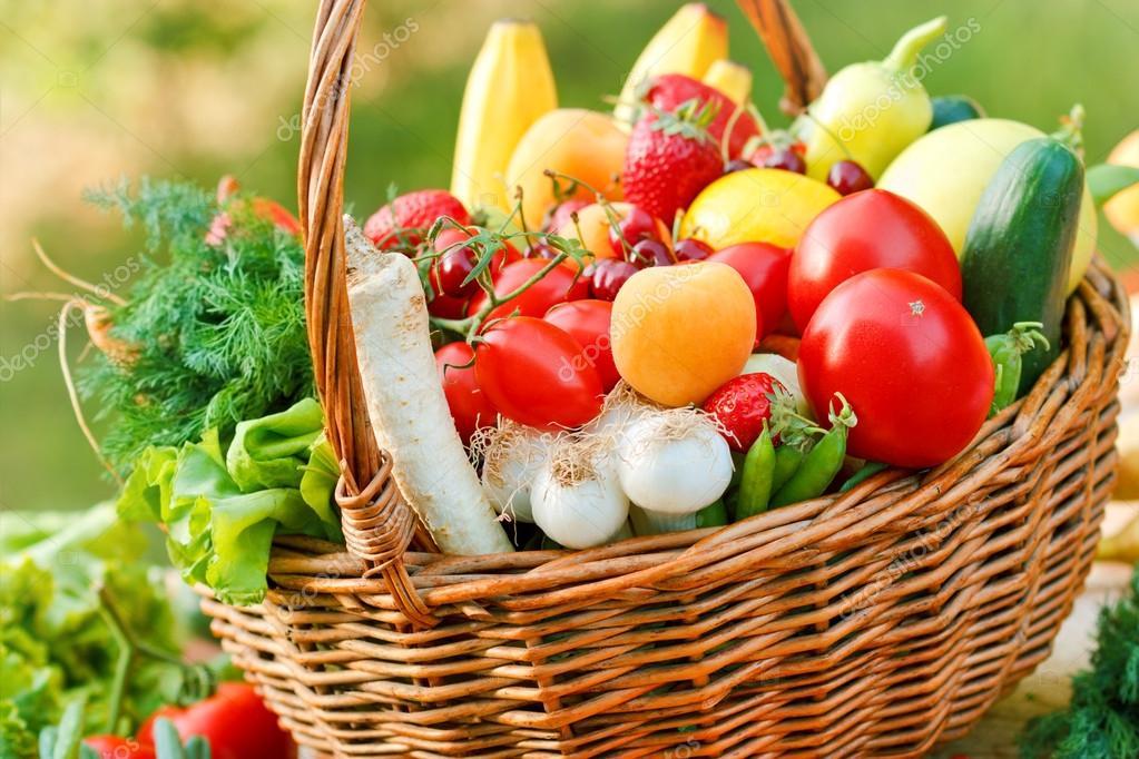 Cestino di vimini pieno di frutta e verdura fresca foto - Immagine di frutta e verdura ...