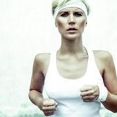Fotografia sport giovane ragazza corre