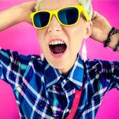 Fotografie stilvolle Mädchen schreit auf einen hellen Hintergrund