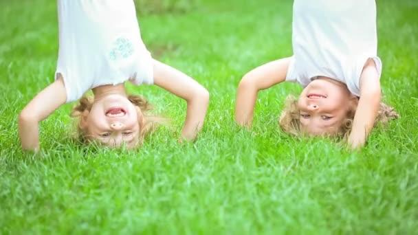 šťastné děti si hrají venku v parku na jaře