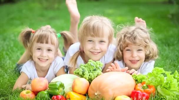 Skupina šťastných dětí s piknik venku v parku na jaře