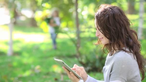 dítě dává jarní květiny k ženě v parku
