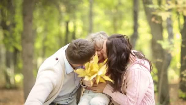 šťastná rodina těší čas spolu v parku během nádherný podzimní den