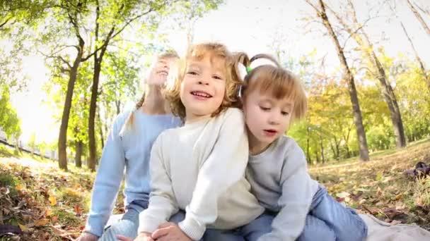 Skupina šťastných dětí hrát venku v podzimním parku