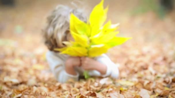 šťastný dítě hrát venku v podzimním parku