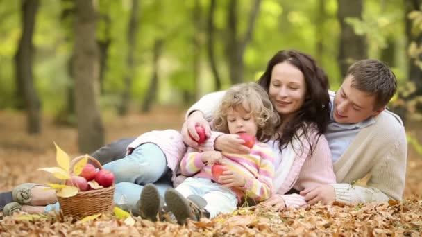 šťastná rodina baví venku v parku na jaře