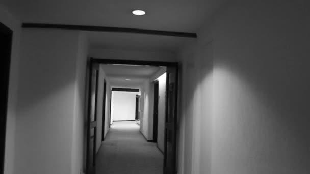 šel chodbou hotelu