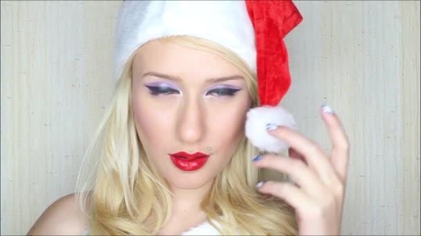 atraktivní blondýnka santa hraje s víčkem