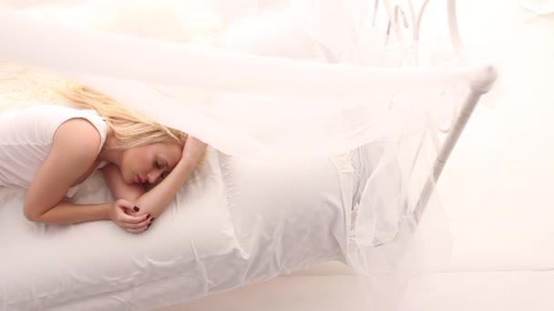 A fent látható szép alvó lány fehér ágy,