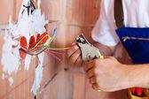 elektrikář ruce s kleštěmi