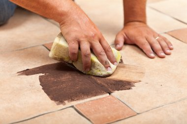 Laying ceramic floor tiles - testing the color of joint