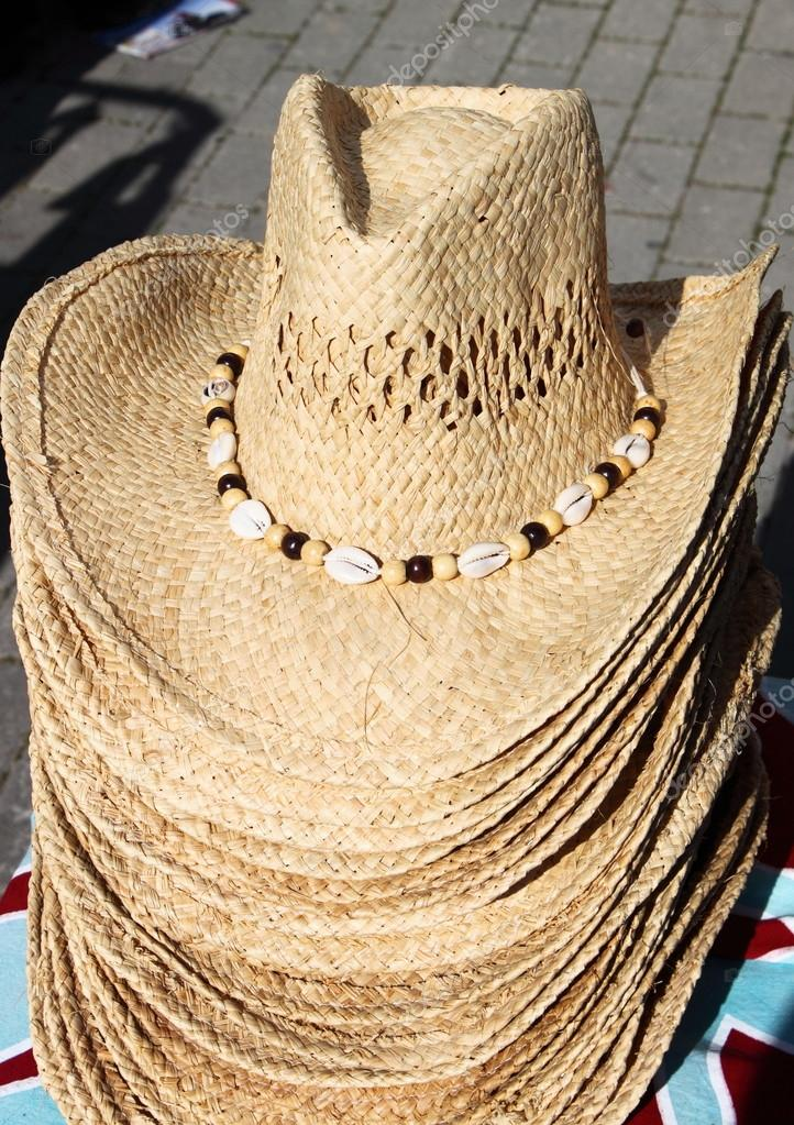 5b8d6740ff866 Sombreros de oeste paja americanas para la venta en un puesto en el mercado  - sombreros del oeste americano — Foto de alessandro0770 — Foto de ...