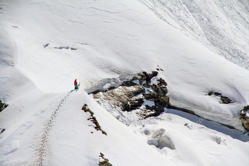 esquiador subiendo una montaña Nevada — Foto de stock © wasja #37998375