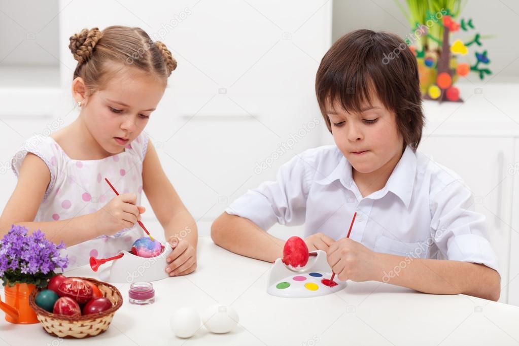 niños pintando huevos de Pascua — Foto de stock © ilona75 #21811019