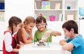 Fotografia ragazzi osservando un progetto scientifico laboratorio in casa