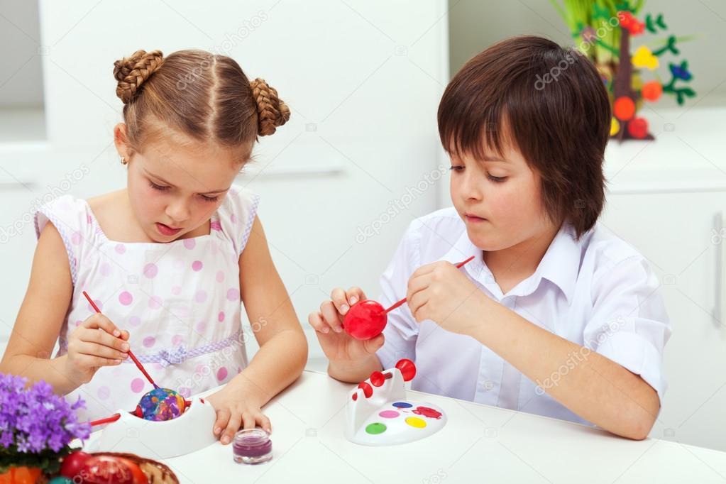 niño y niña pintando huevos de Pascua — Fotos de Stock © ilona75 ...