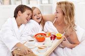 šťastné ráno - snídaně v posteli pro maminku