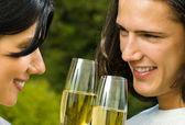 Fotografie Junge glückliche Paar mit Champagner, outdoor