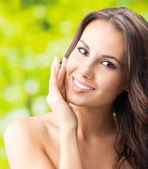 Fotografia felice donna sorridente con i capelli lunghi, allaperto