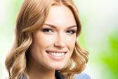 šťastné usmívající se žena s dlouhými vlasy, venkovní
