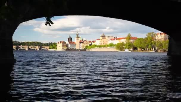 Prohlédni pod Pražský most