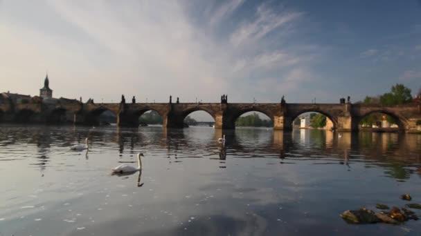Karlův most v Praze při východu slunce