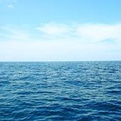 modrá obloha a přímořská krajina