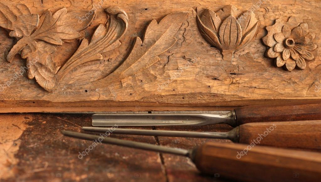 Tischlerei werkzeug  Holz-Meißel-Werkzeug mit Schnitzerei auf alten verwitterten Holz ...