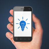 finanční koncept: smartphone s žárovka