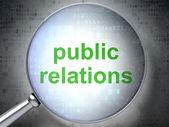 Marketingkonzept: Public Relations mit optischem Glas