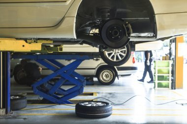 car wheel suspension and brake system maintenance in auto serv
