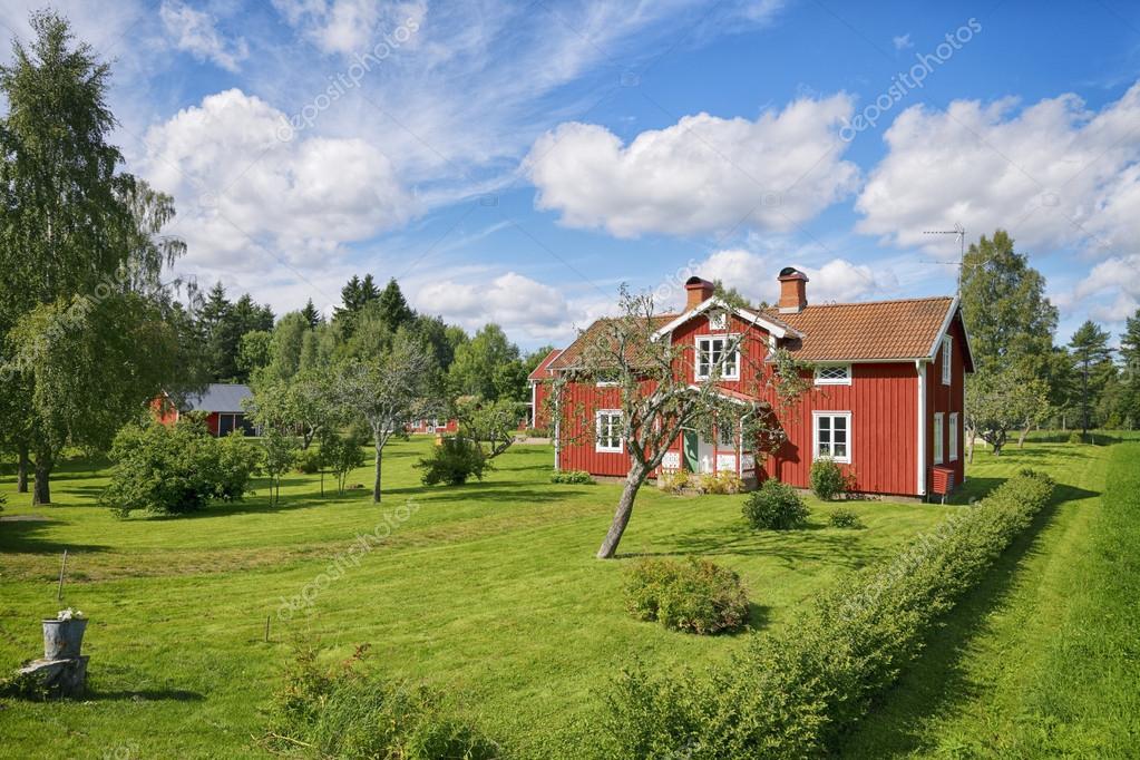 Vecchi casolari rosse e verdi giardini foto stock for Piani di costruzione di cottage gratuiti