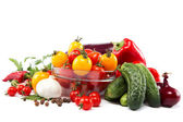 čerstvá zelenina na bílém pozadí