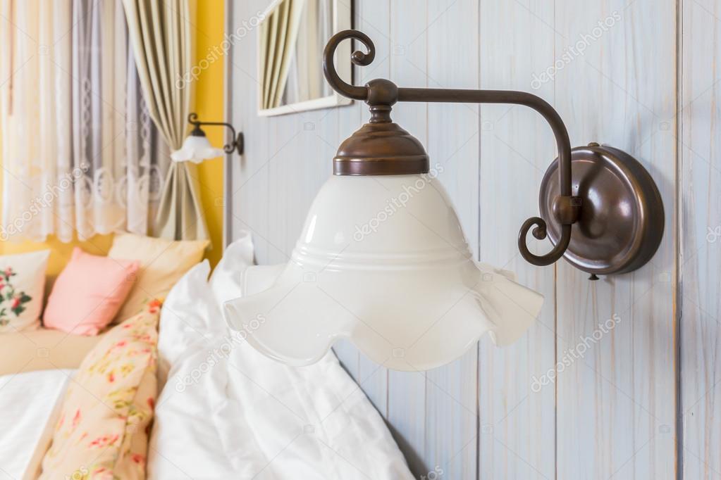 Vintage muur lamp in de slaapkamer — Stockfoto © FrameAngel #48829057
