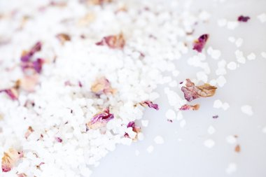 Bath salt with rose petals