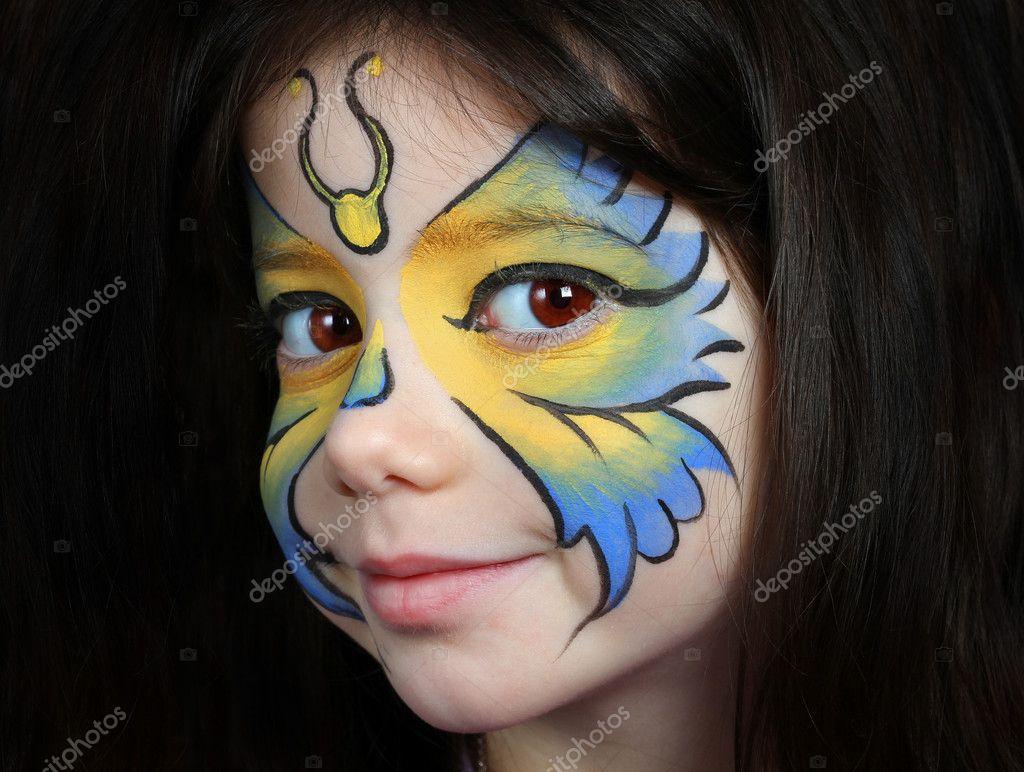 Güzel Bir Kız Ile Bir Kelebek Yüz Boyama Stok Foto Alexsvirid