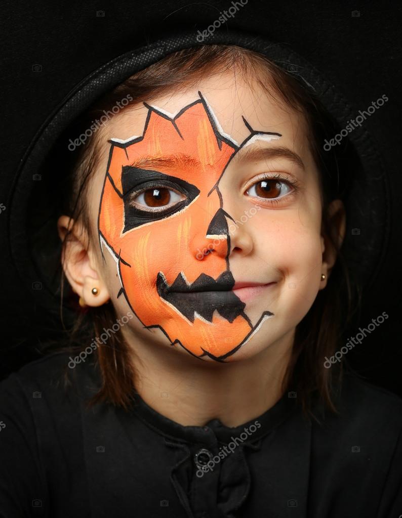 Muitas vezes menina bonita com pintura de rosto de uma abóbora — Stock Photo  YA66
